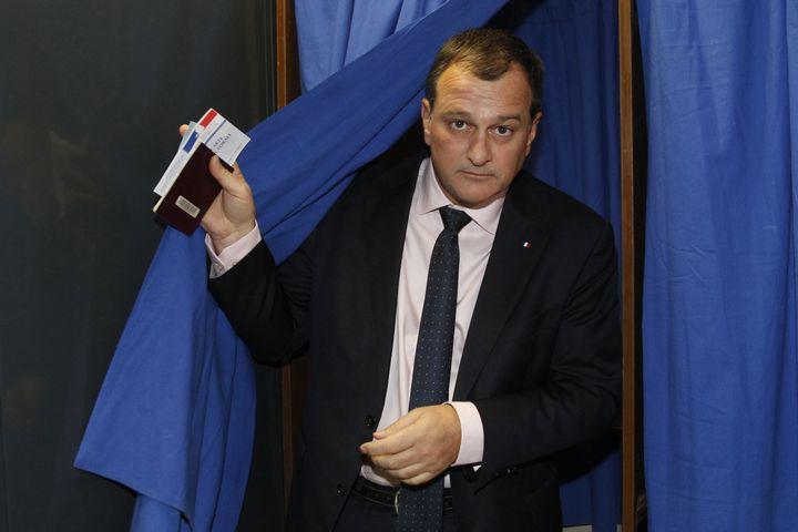 Louis Aliot, candidat FNen Languedoc-Roussillon-Midi-Pyrénées, vote lors du second tour des élections régionales, le 13 décembre 2015. (RAYMOND ROIG / AFP)