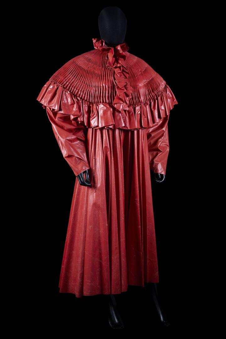 Vente Paco Rabanne aux enchères à la maison Millon le 31 mai : manteau de cocher en tissu enduit rouge printemps-été 1985 (Louis Décamps)