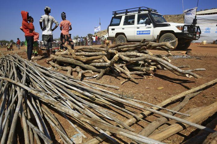 Du bois, du chaume et autres matériaux sont fournis aux réfugiés pour construire leur hutte dans le camp d'Oum Raquba. (ASHRAF SHAZLY / AFP)