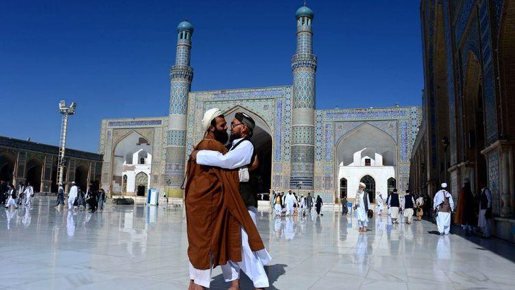 Nous sommes dans la mosquée Jami, située dans la province de Herat en Afghanistan. Des festivités de trois jours vont avoir lieu, qui vont commencer au lever de la nouvelle Lune. Les musulmans vont désormais pouvoir reprendre le cours de leur vie normale. Ils viennent de pratiquer une certaine ascèse tant physique que morale. S'abtenant, entre autre, de manger du lever au coucher du soleil pendant un mois. (AREF KARIMI / AFP - Juillet 2016)