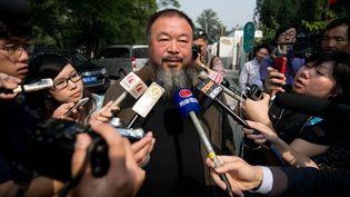 L'artiste chinois Ai Weiwei à la sortie du tribunal qui a confirmé en appel sa condamnation à verser au fisc 15 millions de yuans  (Ed Jones / AFP)