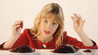 """La jeune chanteuse belge Angèle dans le clip de """"Je veux tes yeux"""" réalisé par la photographe Charlotte Abramow.  (Saisie écran)"""