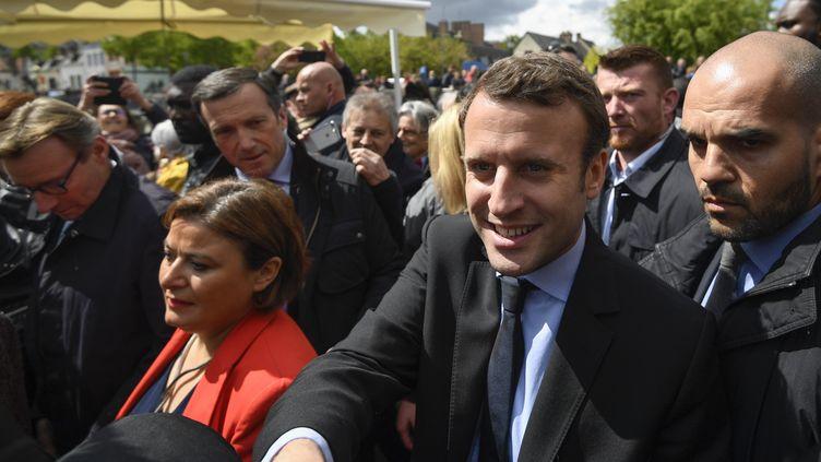 Emmanuel Macron arrive devant l'usine Whirlpool d'Amiens (Somme), le 26 avril 2017. (ERIC FEFERBERG / AFP)