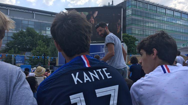 Un supporter de l'équipe de France à Pantin, avec le maillot de N'Golo Kanté (OLIVIA COHEN / FRANCEINFO)