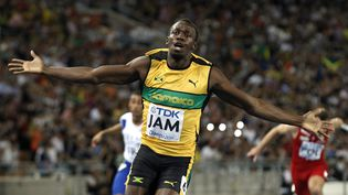 La joie d'Usain Bolt franchissant la ligne d'arrivée après sa victoire dans le 4x100m des Mondiaux de Daegu (Corée du Sud), le 4 septembre 2011. (KERIM OKTEN / MAXPPP)