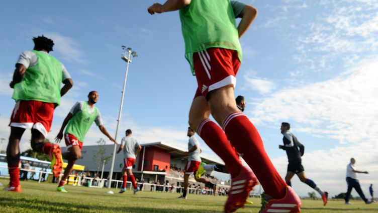 Les joueurs du club de Luzenac s'entraînent à Mazères (Ariège), le 12 juillet 2014. (REMY GABALDA / AFP)