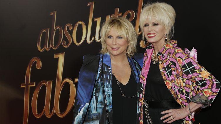 Jennifer Saunders (Edina) à gauche, et Joanna Lumley (Patsy) à droite, ci-contre à New York, en 2016, lors de la sortie du film'Absolutely Fabulous: The Movie', inspiré de la série éponyme. (JOHN ANGELILLO / MAXPPP)