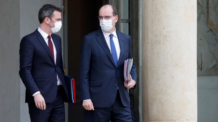 Olivier Véran, le ministre de la Santé, et Jean Castex, le Premier ministre, à la sortiedu conseil des ministres largement consacrée au Covid-19, mercredi 10 mars 2021. (LUDOVIC MARIN / AFP)