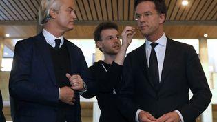Le candidat à l'élection législative néerlandais, Geert Wilders, et le Premier ministre des Pays-Bas, Mark Rutte, avant un débat télévisé, le 13 mars 2017 à Rotterdam. (YVES HERMAN / REUTERS)