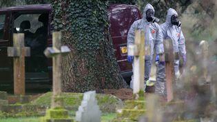 Des enquêteurs travaillent sur l'empoisonnement d'un ex-espion russe àSalisbury (Royaume-Uni), le 10 mars 2018. (DANIEL LEAL-OLIVAS / AFP)