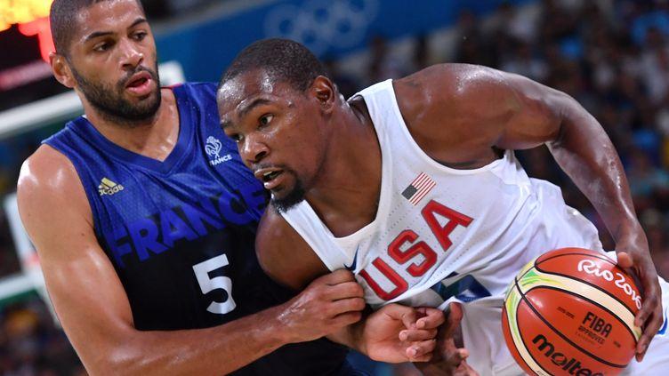 Kevin Durant face à Nicolas Batum (ANDREJ ISAKOVIC / AFP)