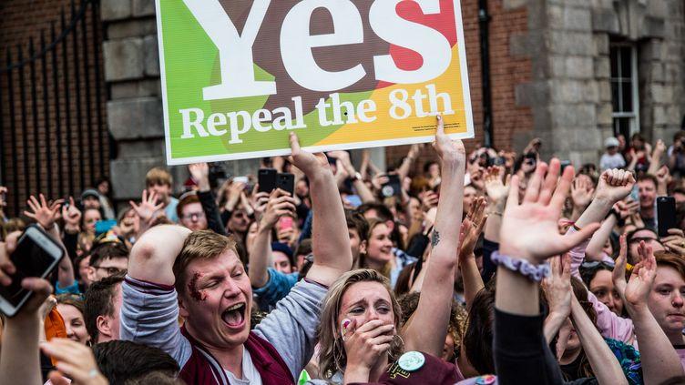 Des militants pro-choix célèbrent le votepour la libéralisation de l'avortement, le 25 mai à Dublin. (JAMES FORDE / CENTER FOR REPRODUCTIVE RIGHTS/AFP)