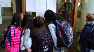 Des élèves de l'école Antonin-Laborde découvre leur classe, le jour de la rentrée, le 2 septembre 2014, à Lyon (Rhône). (MAXPPP)