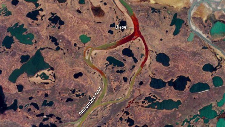 Pollution au diesel dans la rivière Ambarnaya, près d'une usine de production d'énergie dans la région de Norilsk en Russie. (ESA / X80001 REUTERS)