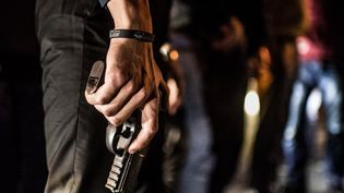"""Un jeune Russe participe à une patrouille armée, le 13 septembre 2014, contre le """"gang GTA"""", qui a tué une quinzaine d'automobilistes en un an sur des autoroutes des environs de Moscou. (RAMIL SITDIKOV / RIA NOVOSTI / AFP)"""