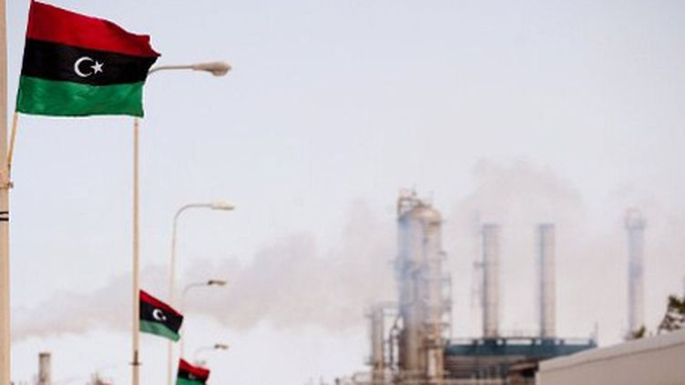 Le nouveau drapeau libyen flottant sur la raffinerie de Zawiya (40 km à l'ouest de Tripoli) le 23-9-2011 (AFP - MARCO LONGARI )