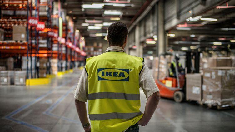 Un employé d'Ikea le 18 mars 2014, dans l'entrepôt deSaint-Quentin-Fallavier. (JEFF PACHOUD / AFP)