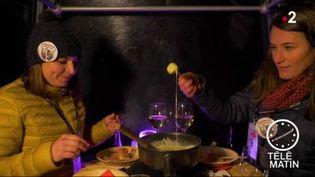 Une fondue dans une télécabine, expérience inédite à Méribel. (FRANCE 2)
