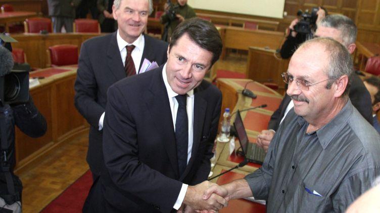 Christian Estrosi, alors ministre de l'Industrie, serre la main de Denis Parise, délégué du personnel CGT de Molex, le 21 octobre 2010 à Toulouse. (SEBASTIEN LAPEYRERE / MAXPPP)