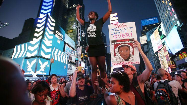 Des manifestants qui protestent contre l'acquittement de George Zimmerman, l'homme accusé du meurtre de Trayvon Martin, le 14 juillet 2013 à New York (Etats-Unis). (MARIO TAMA / GETTY IMAGES)