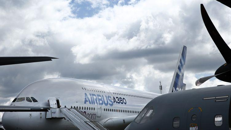 Un A380 d'Airbus, le 14 juillet 2016 au sud-ouest de Londres (Royaume-Uni). (ADRIAN DENNIS / AFP)
