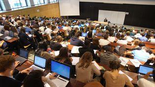 Des étudiants dans un amphithéâtre à l'université de Picardie Jules-Verne, à Amiens (Somme), le 24 septembre 2012. (MAXPPP)