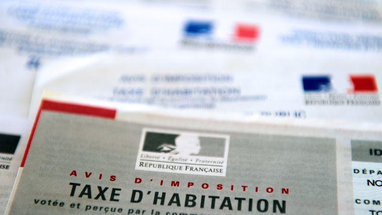 Emmanuel Macron a promis de supprimer progressivement la taxe d'habitation, entre 2018 et 2020. Image d'illustration d'un avis d'imposition de 2014. (PHILIPPE HUGUEN / AFP)