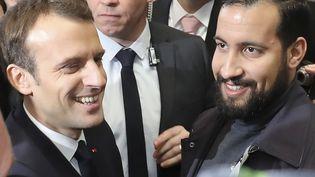 Le président de la République Emmanuel Macron et Alexandre Benalla le 24 février 2018 au salon de l'agriculture à Paris. (LUDOVIC MARIN / AFP)
