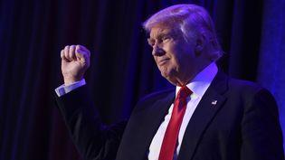Donald Trump salue ses supporters le jour de sa victoire, le 8 novembre 2016 à New York (Etats-Unis). (SAUL LOEB / AFP)