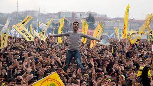 Manifestation de Kurdes célébrant le Nouvel An perse à Istanbul (Turquie), le 17 mars 2013. (GURCAN OZTURK / AFP)