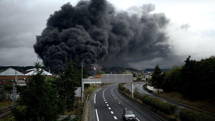 Une épaisse fumée noire s'échappe lors d'un incendiedans une usine à Rouen, le 26 septembre 2019. (PHILIPPE LOPEZ / AFP)