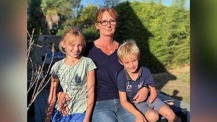 Mélinda Mostini, accompagnée de ses deux enfants, dont Léo, 7 ans, atteint d'une malformation du bras. (MATTHIEU MONDOLONI / FRANCEINFO)