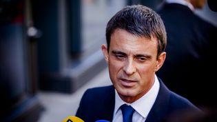 Le Premier ministre Manuel Valls parle à la presse, devant le parlement, à Paris, le 7 avril 2015. (CITIZENSIDE / AURÉLIEN MORISSARD / AFP)