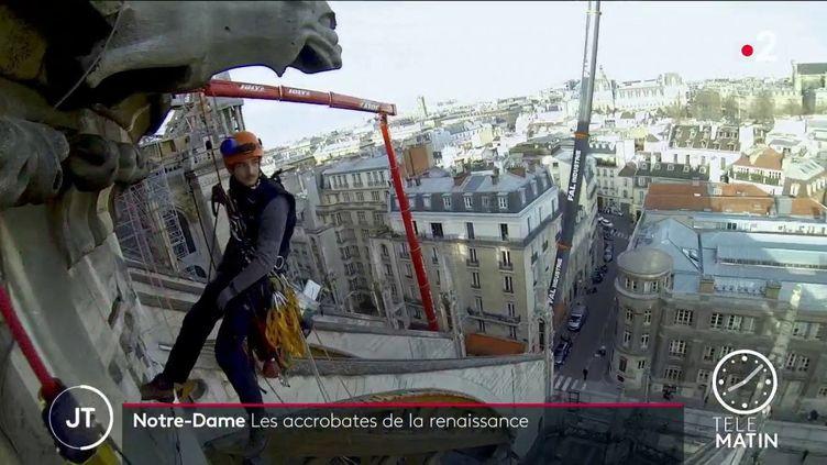Un cordiste sur le chantier de Notre-Dame de Paris (France 2)