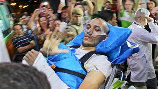 Le joueur de football Hélio Neto, rescapé du crash en Colombie de son équipe de Chapecoense, à son retour à Chapeco (Brésil), le 16 décembre 2016, sous les acclamations des supporters. (WILLIAN RICARDO / AFP)