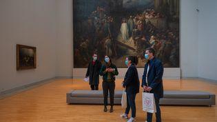 En donnant leur sang ils gagnent le droit de voir une partie de l'exposition du Musée de d'art contemporain de Strasbourg fermée pour cause de Covid. (PATRICK HERTZOG / AFP)