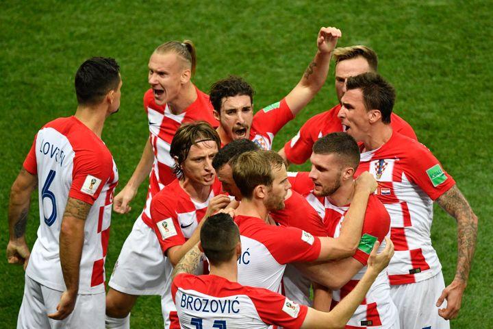 Les Croates félicitent leur buteur Ivan Perisic après l'égalisation contre la France, dimanche 15 juillet à Moscou (Russie), en finale de la Coupe du monde. (ALEXANDER NEMENOV / AFP)