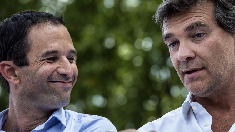 Le ministre de l'Economie, Arnaud Montebourg, et son collègue de l'Education, Benoît Hamon, le 24 août 2014 à la Fête de la Rose de Frangy-en-Bresse (Saône-et-Loire). (JEFF PACHOUD / AFP)