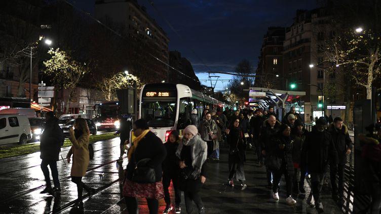 Des passagers quittent une rame de tramway à Paris, le 19 décembre 2019, lors du mouvement de grève contre la réforme des retraites. (STEPHANE DE SAKUTIN / AFP)