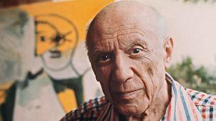 Pablo Picasso pose, le 13 octobre 1971, devant une de ces dernières toiles.  (RALPH GATTI / AFP)