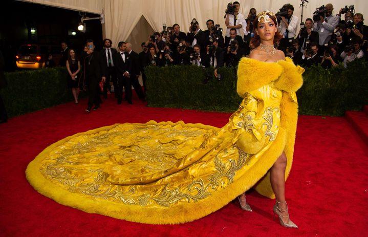 Rihanna en robe jaune spectaculaire signée Guo Pei au Met à New York en 2015  (Charles Sykes/AP/SIPA)