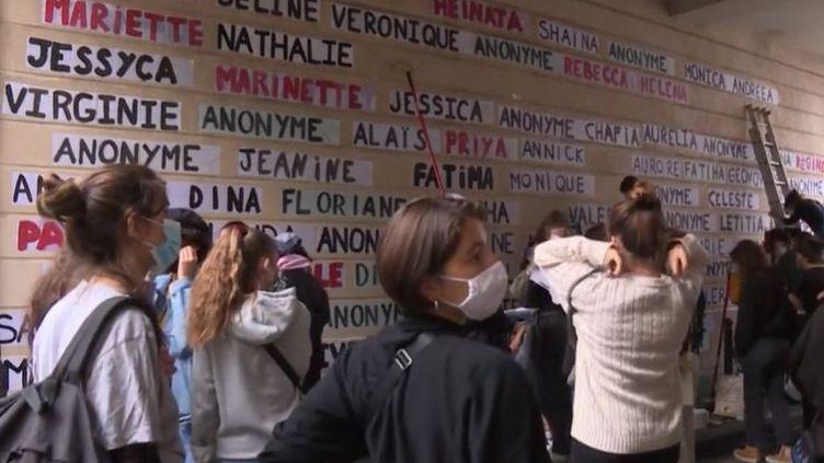 Les Colleuses installent un mémorial à Paris en l'honneur des victimes de féminicides. (FRANCEINFO)