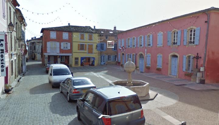 """La place de la mairie, où se trouve la maison """"Couloumiès"""", à Carla-Bayle (Ariège). (GOOGLE STREET VIEW / FRANCETV INFO)"""