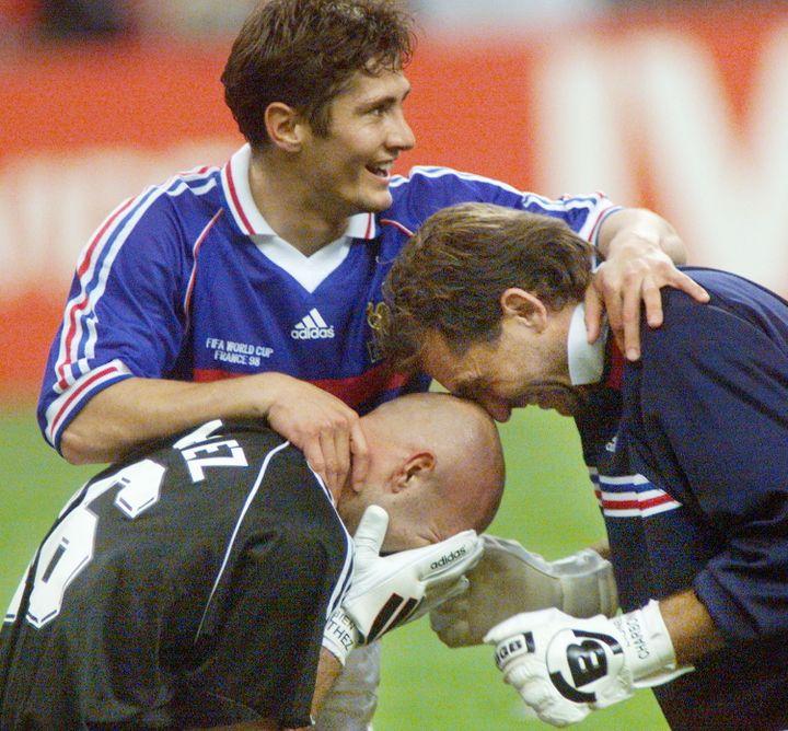 Lionel Charbonnier, troisième gardien des Bleus, félicite Fabien Barthez, après la finale de la Coupe du Monde 1998 remportée par la France. (PEDRO UGARTE / AFP)