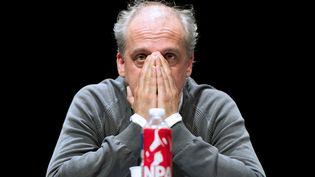 Philippe Poutou, le candidat du Nouveau parti anticapitaliste, lors d'un meeting à Paris, le 12 avril 2012. (BERTRAND LANGLOIS / AFP)