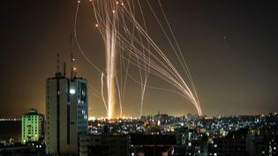 Des tirs de roquette depuis la bande de Gaza, en réaction aux frappes israéliennes sur l'enclave palestinienne, le 11 mai 2021. (ANAS BABA / AFP)