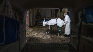 Un transporteur des services de crémation du Maryland transporte la dépouille d'une victime du Covid-19 depuis la morgue de l'hôpital de Baltimore, le 24 décembre 2020. (ANDREW CABALLERO-REYNOLDS / AFP)