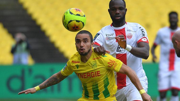 Le Dijonnais Moussa Konate met la pression sur Fabio Da Silva Pereira (LOIC VENANCE / AFP)