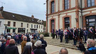 Près de 300 personnes se sont réunies à Lorrez-le-Bocage (Seine-et-Marne) samedi 24 octobre 2020 pour rendre hommage à Samuel Paty. (BORIS HALLIER / RADIO FRANCE)