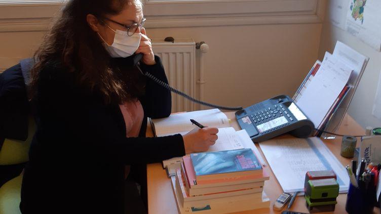 Jacqueline Montazemi, secrétaire/documentaliste au Criavs Ile-de-France qui reçoit et oriente une partie des appels franciliens sur le 0 806 23 10 63. (JÉRÔME JADOT / RADIO FRANCE)